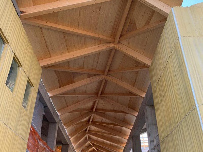 Terminata la struttura in legno lamellare della Galleria Polifunzionale del Nuovo Polo Scolastico di Pratola Peligna.